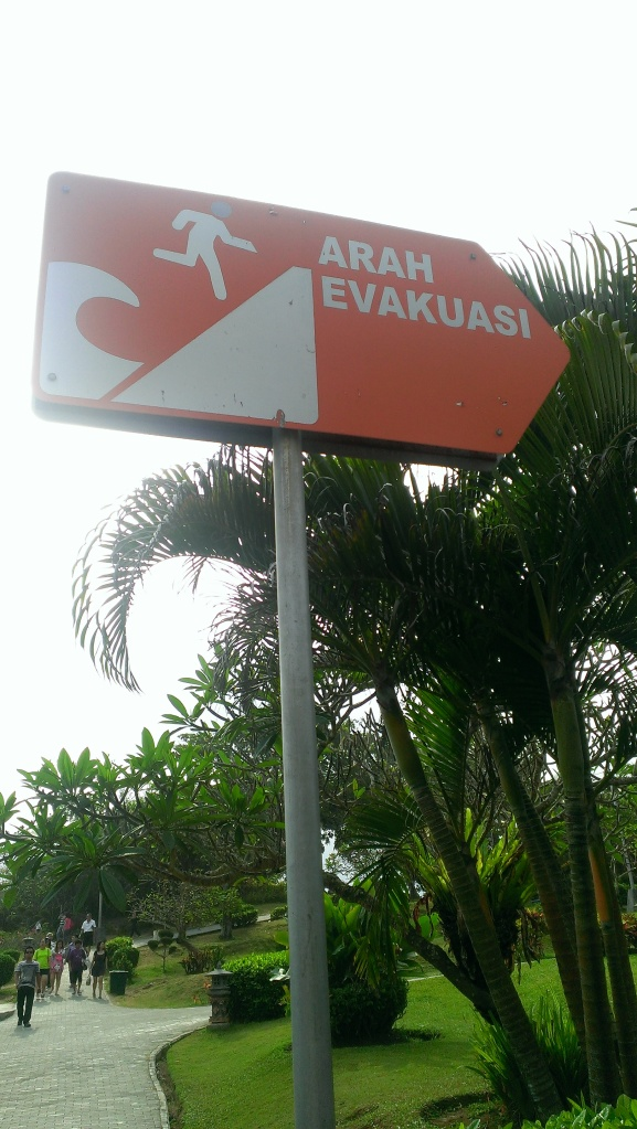 A signage indicating the route to take in times of evacuation. It is essentially redirecting people towards a place further inland and on higher grounds.